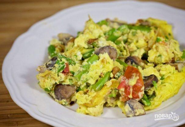Яичница со спаржей и овощами