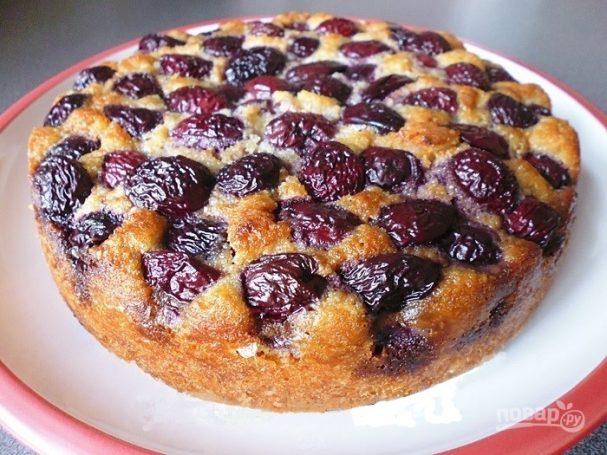 Миндальный пирог с вишней и шоколадом