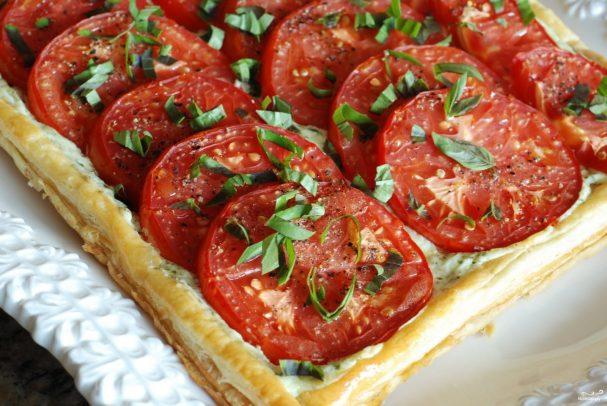 Пирог из слоеного теста с помидорами и базиликом