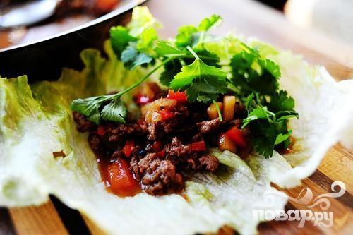 Листья салата с мясной начинкой
