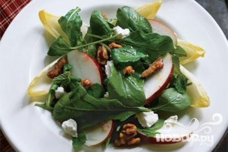 Салат с яблоками, орехами и эндивием