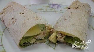 Рулет из тортильи с курицей и авокадо