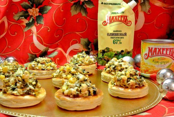 Волованы с салатом из кукурузы и грибов
