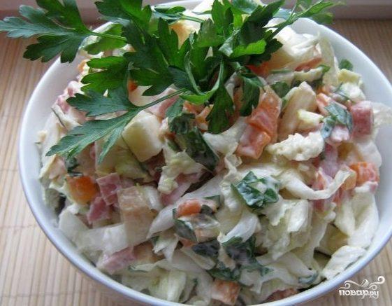Простой салат с копченой колбасой