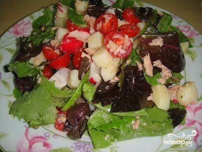 Салат из тунца, помидоров и картофеля