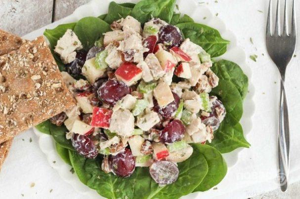Салат с курицей, фруктами и орехами