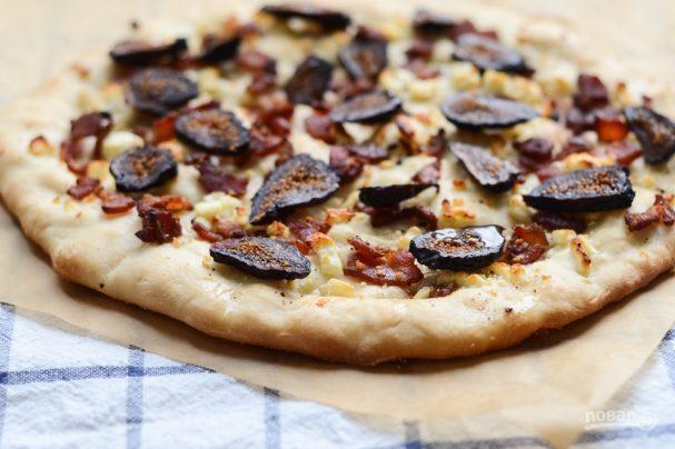 Пицца с беконом и инжиром
