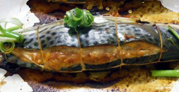 Скумбрия, фаршированная грибами и сыром