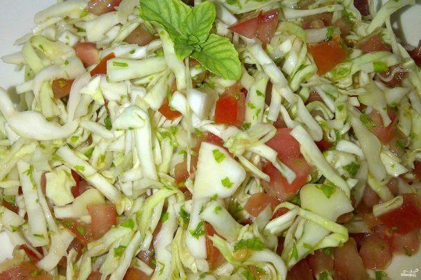 Салат из капусты, помидоров и чеснока