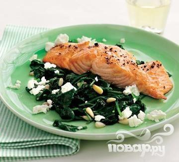 Жареный лосось со шпинатом и сыром