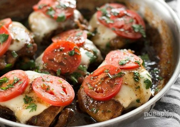 Куриные бедра с сыром и томатами