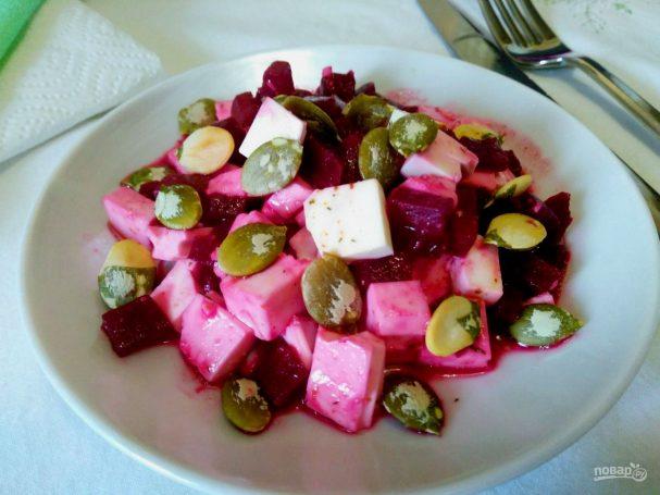 Салат из томленой свеклы с тыквенными семечками