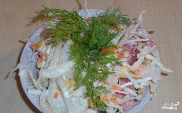 Салат из свежей капусты и копченой колбасы