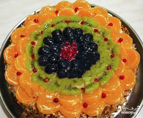 Бисквитный торт с кремом и фруктами
