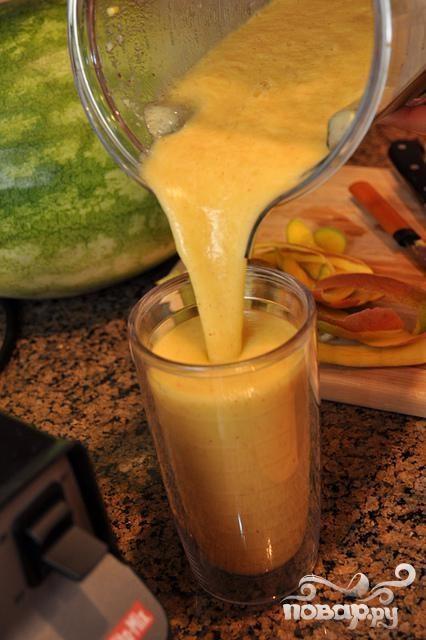 Витаминный напиток из киви, апельсина, винограда и манго