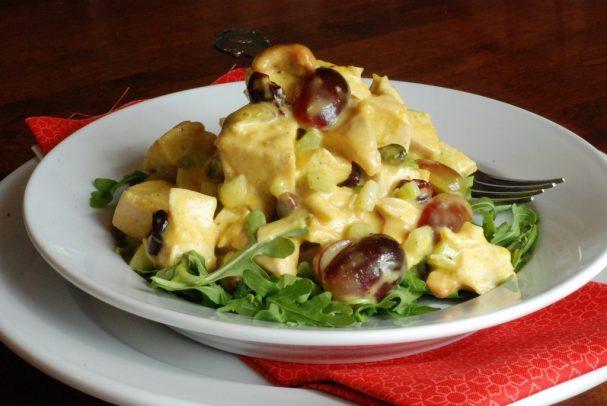 Куриный салат с соусом карри