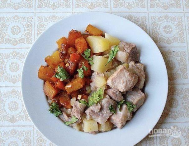 Свинина тушеная с картофелем, тыквой и морковью