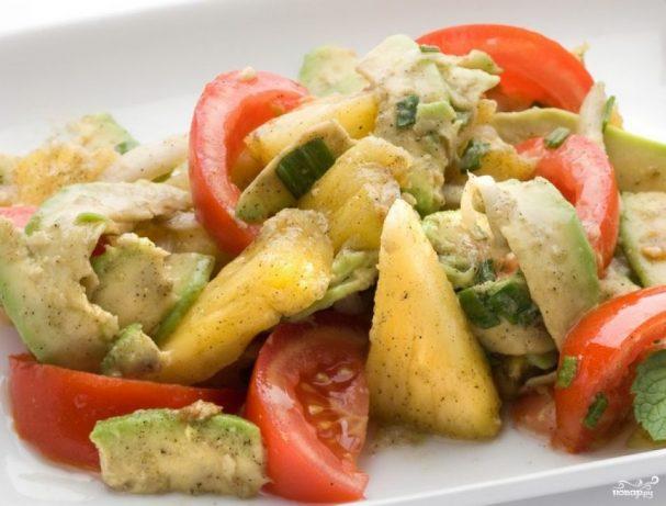 Салат с помидорами и ананасами