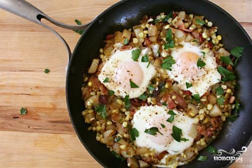 Жареный картофель с кукурузой и яйцом