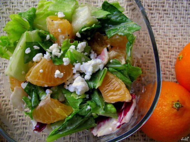Салат с зеленью и мандаринами