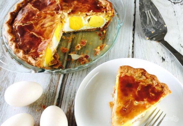 Пирог с яйцами, сыром и беконом