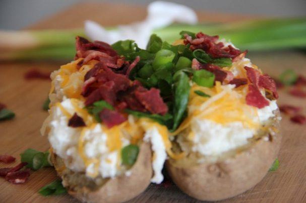 Запеченный картофель со сметаной и луком