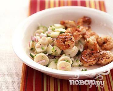 Креветки с огуречным салатом