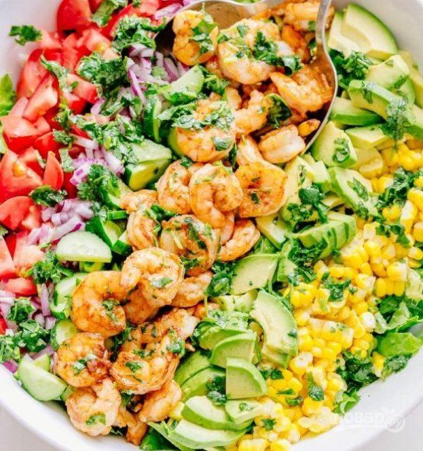 Салат из авокадо с креветками и зеленью