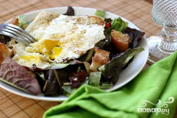 Яичница с тостами и салатом