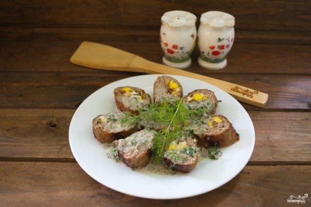 Мясной рулет с грибным соусом