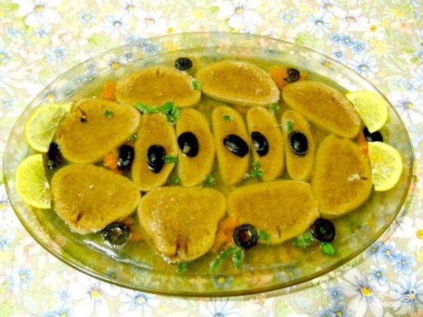 Заливное из говяжьего языка с маслинами