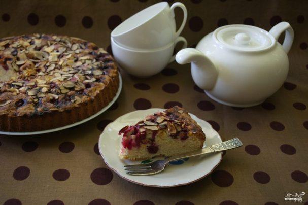 Пирог с миндалем и вишней