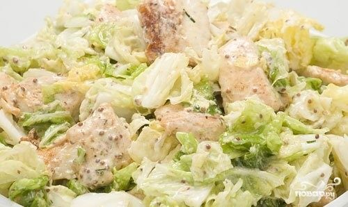 салат с китайской капустой и курицей и сухариками