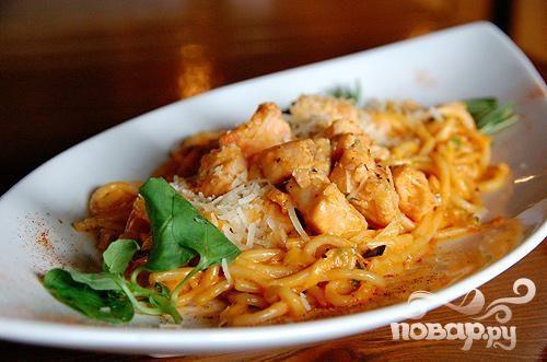 Спагетти с лососем и грибами