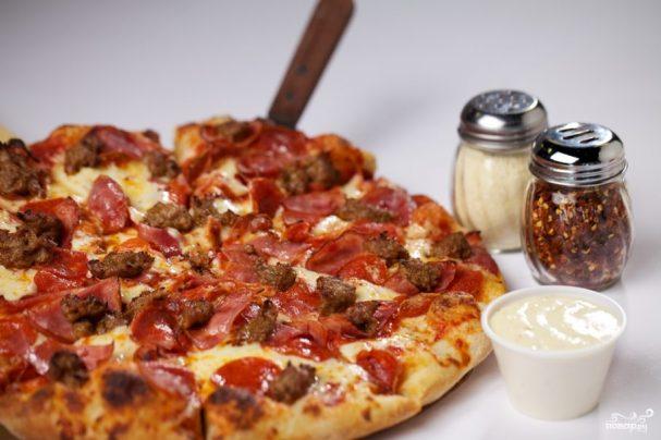 Пицца с колбасой и фаршем