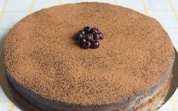 Шоколадный торт со смородиной