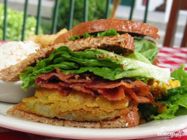 Бутерброд с помидорами и салатом