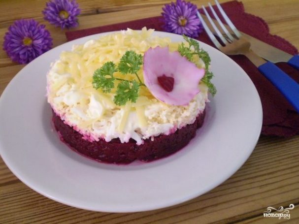 Салат слоеный со свеклой и сыром с чесноком