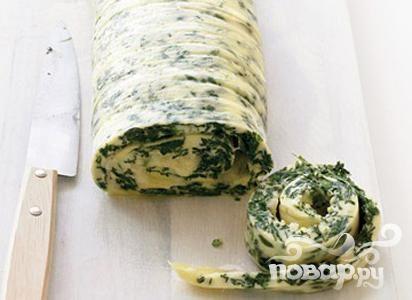 Рулет из омлета со шпинатом и сыром
