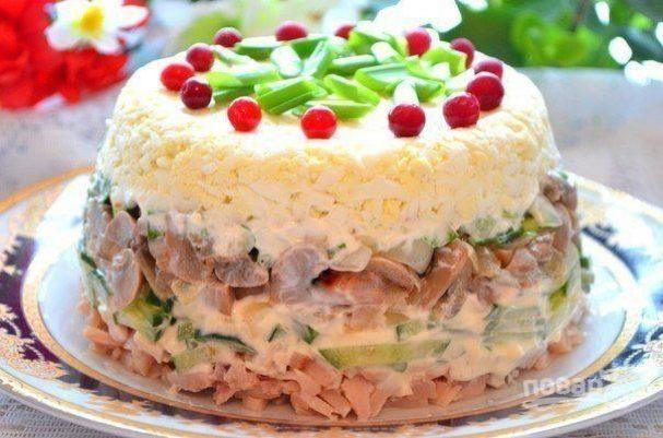 Салат с курицей и грибами слоеный
