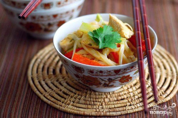 Рисовая лапша с курицей по-азиатски