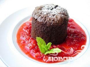 Шоколадный кекс с малиновым соусом