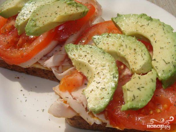 Сандвич с индейкой и авокадо