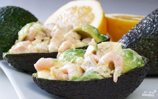 Салат в авокадо с креветками