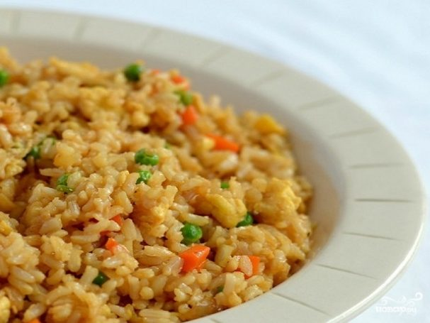 Рис с морковкой и луком на сковороде