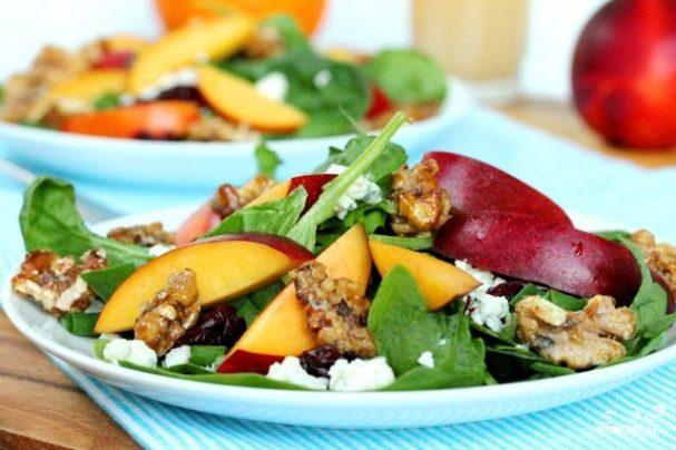 Салат из шпината и персиков