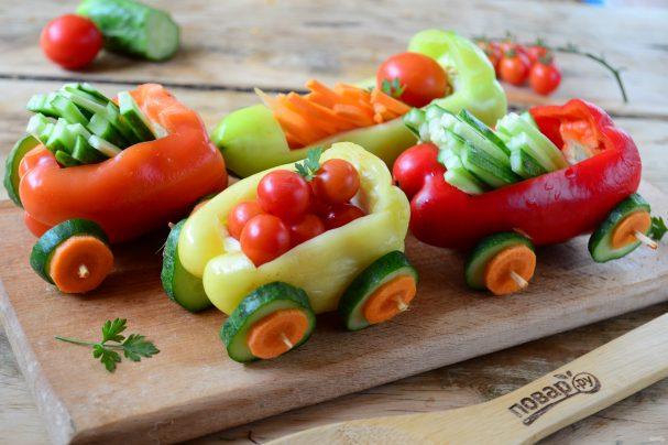Овощная нарезка в виде поезда