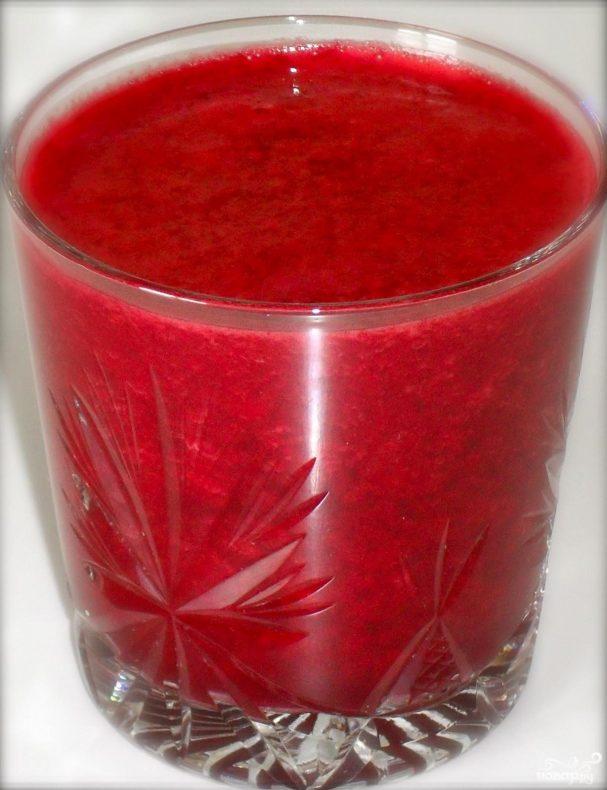 Витаминный напиток из свеклы, красного апельсина и клубники