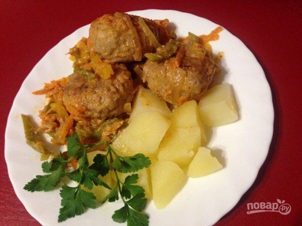 Тефтели с рисом и овощным соусом
