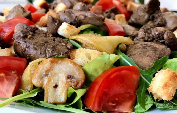 Теплый салат с куриной печенью и помидорами